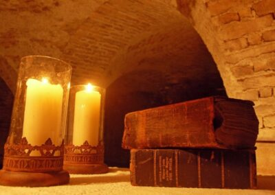 Gyertyafény a kastély pincéjében