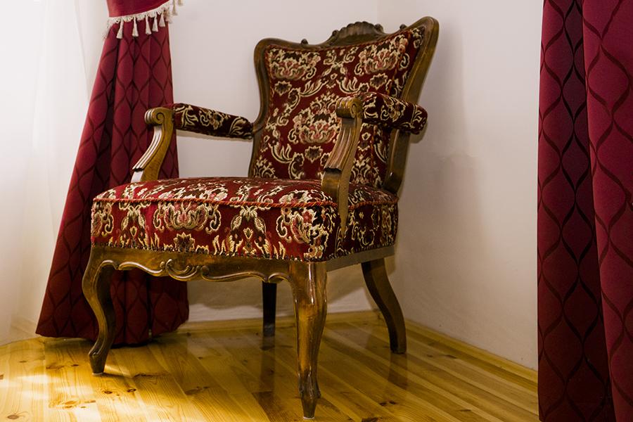 Szoba kényelmes fotellel a Balogh–Esterházy-kastélyban